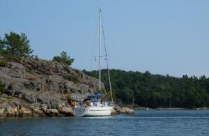Maløya, fortøjning med siden til klippen